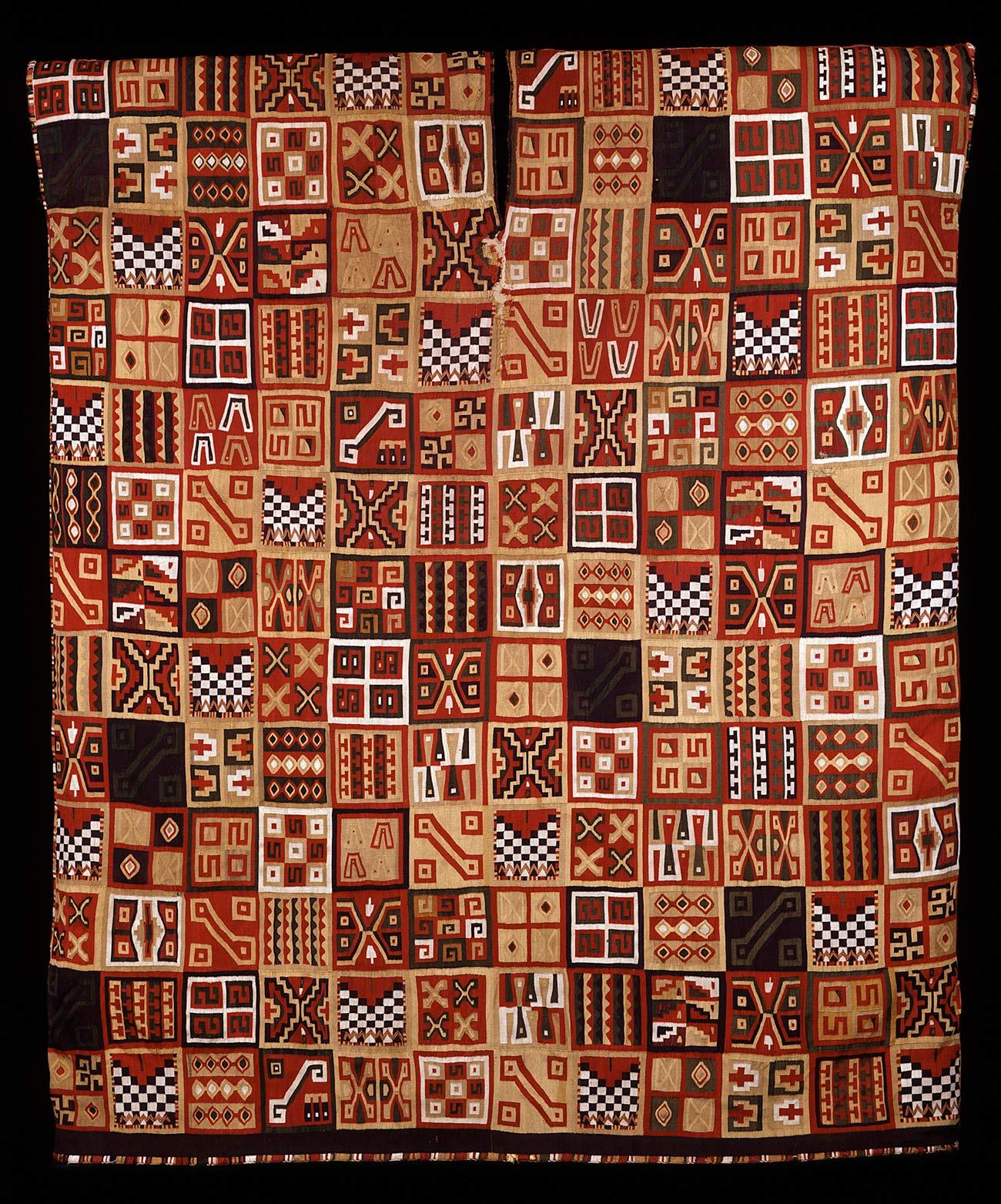 Una túnica tejida con un diseño geométrico