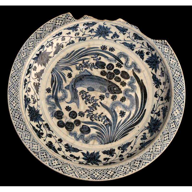 Chinese dish, Yuan or Ming period, AD 1325–75, Made in Jingdezhen, China, found in Delhi, India. Porcelain, Diameter of foot: 27.7 cm, Diameter from lip to lip: 46.5 cm. Central Antiquity Collection, Purana Qila, Archaeological Survey of India, New Delhi, CAC/KFS/333