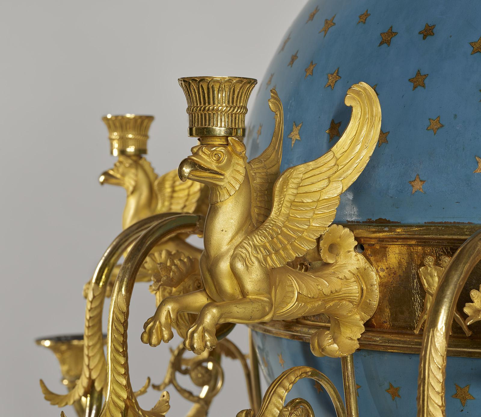 Golden lion details of the chandelie.