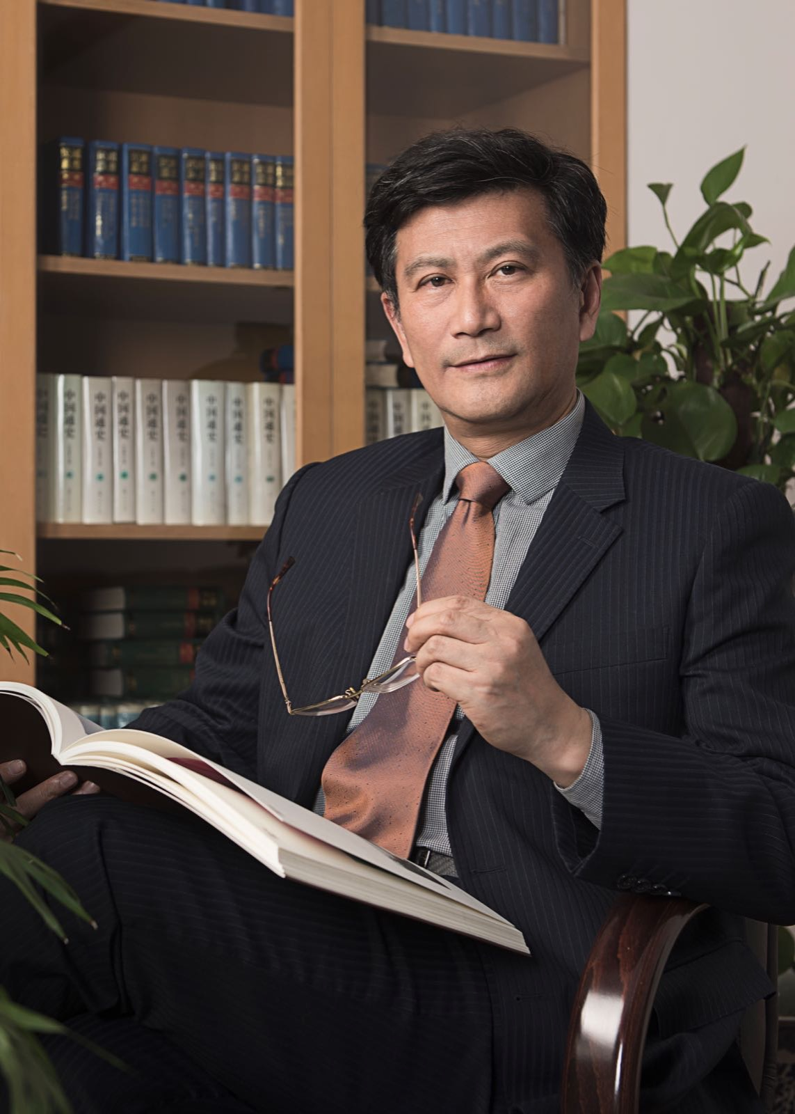 Dr. Yang Zhigang is director of the Shanghai Museum